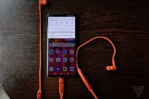 هدفون بی سیم FreeBuds هواوی با قابلیت شارژ مستقیم با گوشی معرفی شد.
